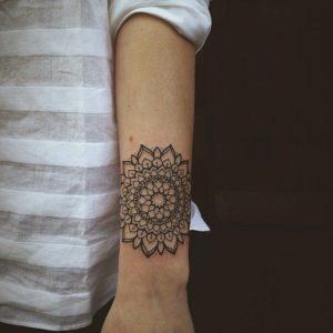 Tatouage mandala femme avant bras fleur
