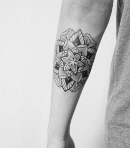 Tatouage mandala femme avant bras mec