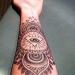 Tatouage de mandala pour femme sur l'avant bras