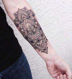 Tatouage mandala femme sur l'avant bras