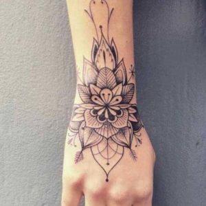 Tatouage mandala femme avant bras et main