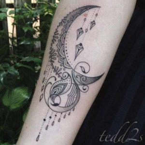 Tatouage mandala femme avant bras lune