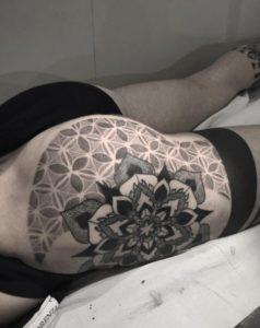Tatouage de mandala homme jambe
