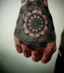 Tatouage de mandala homme main