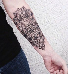 Tatouage mandala homme avant bras