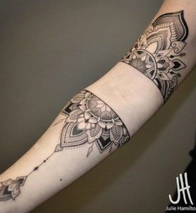 Tatouage de mandala poignet bras