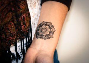 Tatouage de mandala poignet discret