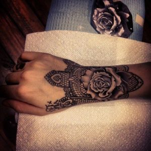 Tatouage de mandala poignet