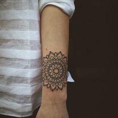 Tatouage de mandala poignet fleur
