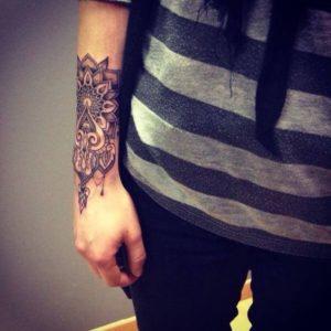Tatouage de mandala sur le poignet mec