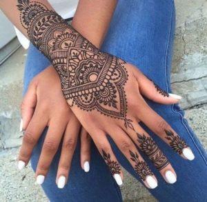 Tatouage de mandala sur le poignet fille