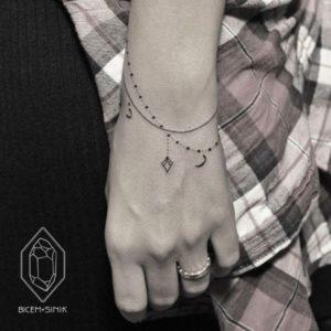 Tatouage de mandala sur le bracelet poignet pour femme