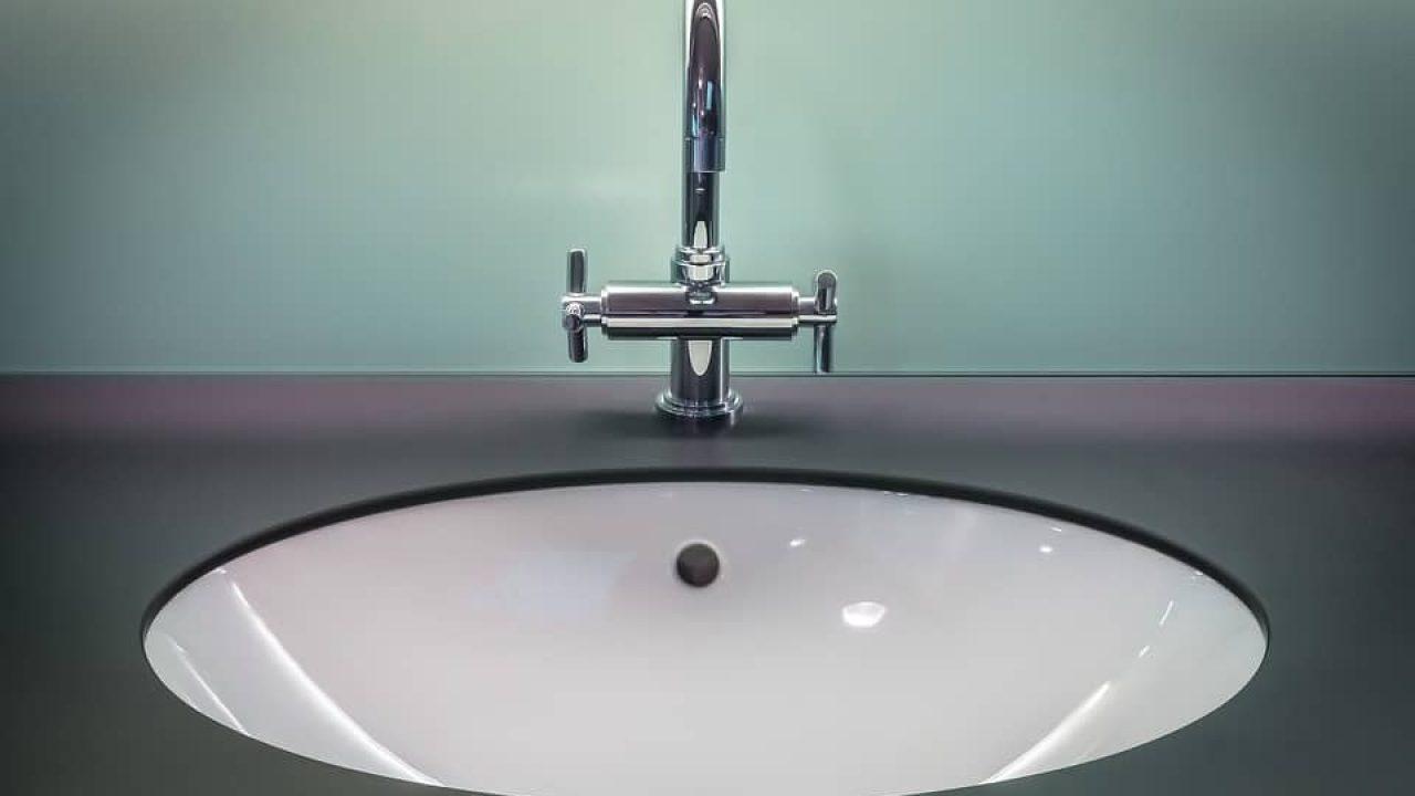 Comment déboucher un évier et supprimer les mauvaises odeurs ?