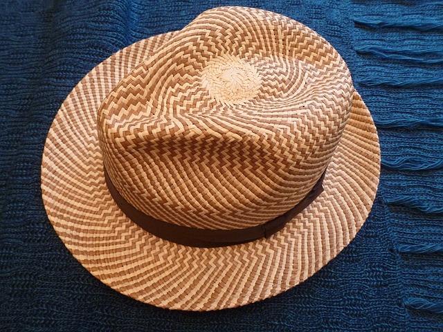 hommes mettent des chapeaux de paille