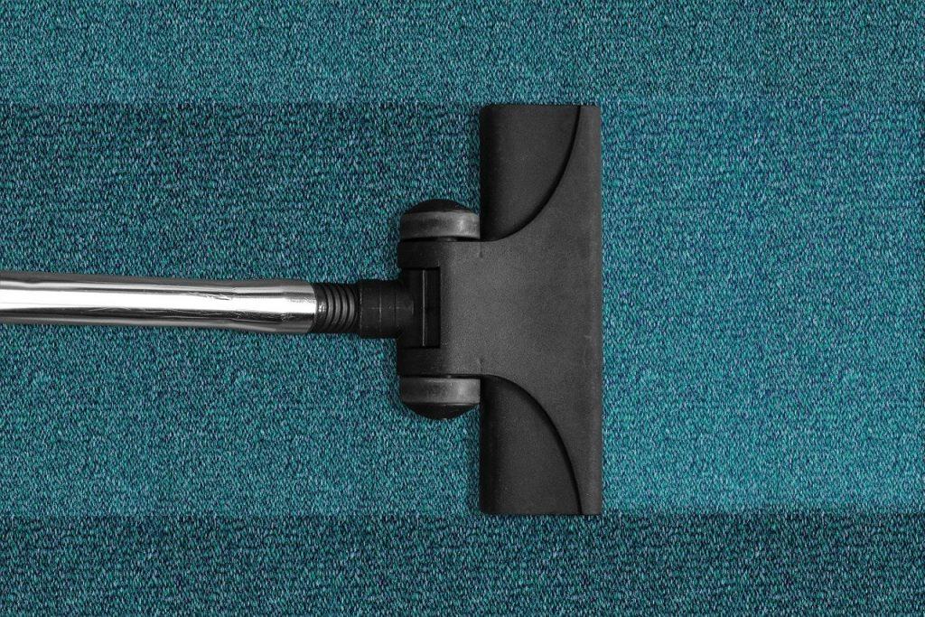 aspirateur sans fil nettoyant la moquette