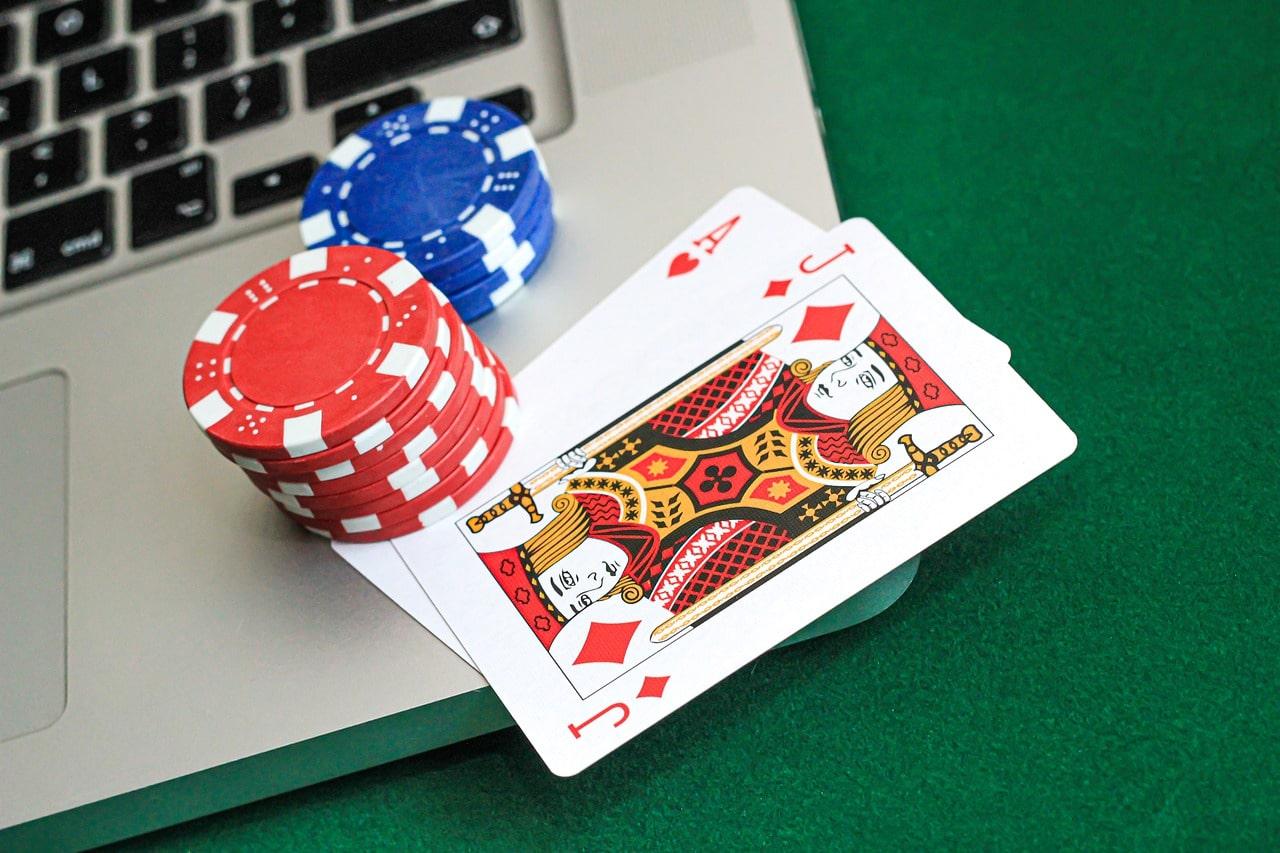 jetons de poker sur un clavier d'ordinateur